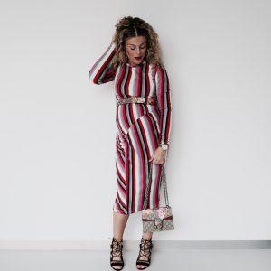 Ik combineer mijn jurk met open schoentjes van de Zara en een riem en mini tas van Gucci